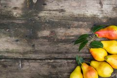 Kader van peren op donkere houten achtergrond Het concept van de oogst De herfst verlaat grens met diverse groenten op witte acht Stock Fotografie