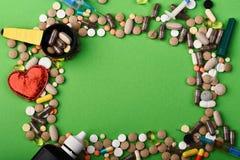 Kader van pillen en capsules wordt gemaakt die Drugs dichtbij levering stock foto's
