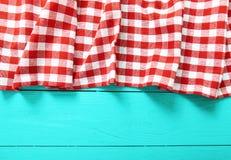 Kader van rode plaidtextuur op blauwe houten keuken Hoogste mening en exemplaarruimte Spot omhoog Royalty-vrije Stock Fotografie