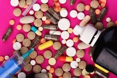Kader van ronde overal gezette die pillen en capsules wordt gemaakt stock foto