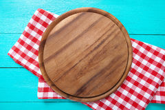 Kader van ronde scherpe raad en rood plaidtafelkleed Blauwe houten achtergrond in de koffie Hoogste mening Macro Royalty-vrije Stock Afbeelding