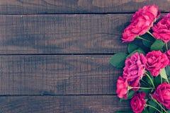 Kader van rozen op donkere rustieke houten achtergrond enkel Geregend Royalty-vrije Stock Foto's