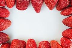 Kader van sappige aardbeien op een witte achtergrond Kader met bespaarde plaats Stock Afbeeldingen