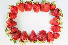 Kader van sappige aardbeien op een witte achtergrond Kader met bespaarde plaats macro, textuur De achtergrond van het fruit Royalty-vrije Stock Foto