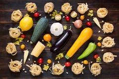 Kader van spaghetti met groenten op donkere houten achtergrond Royalty-vrije Stock Fotografie