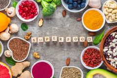 Kader van superfood schone het eten selectie: fruit, groente, zaden, superfood, noten, bessen op concrete achtergrond stock afbeelding