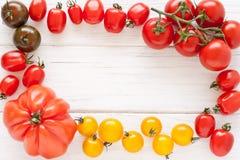 Kader van tomaten wordt gemaakt die Stock Foto's