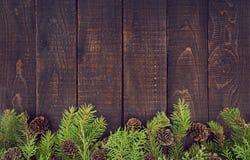 Kader van verfraaide Kerstboom op rustieke houten achtergrond Stock Afbeelding