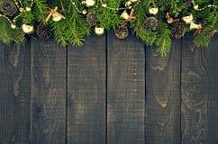 Kader van verfraaide Kerstboom op rustieke houten achtergrond Stock Foto