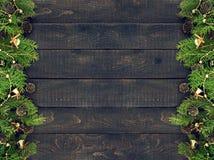 Kader van verfraaide Kerstboom op rustieke houten achtergrond Royalty-vrije Stock Afbeelding