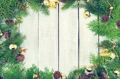 Kader van verfraaide Kerstboom op rustieke houten achtergrond Royalty-vrije Stock Afbeeldingen