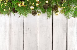 Kader van verfraaide Kerstboom op witte rustieke houten backg Stock Fotografie
