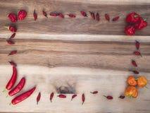 Kader van verschillend soort Spaanse pepers op een houten raad royalty-vrije stock fotografie