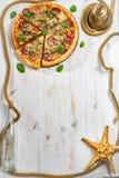 Kader van verse pizza wordt gemaakt die Stock Foto