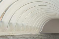 Kader van witte plastic bogen wordt gemaakt die Royalty-vrije Stock Foto