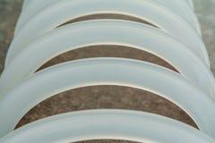 Kader van witte plastic bogen wordt gemaakt die Stock Afbeeldingen