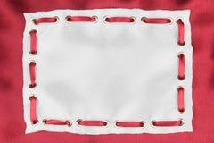 Kader van witte zijde met opgenomen rood satijnlint dat wordt gemaakt Royalty-vrije Stock Afbeeldingen