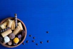 Kader voor tekst met chocoladesuikergoed Tekst voor tekst met snoepjes Vlak leg, hoogste mening royalty-vrije stock afbeeldingen