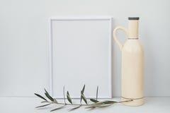 Kadermodel op witte achtergrond, ceramische fles, olijfboomtak, schoon minimalistisch gestileerd beeld royalty-vrije stock afbeelding