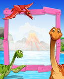 Kaderontwerp met dinosaurussen bij het meer Stock Foto
