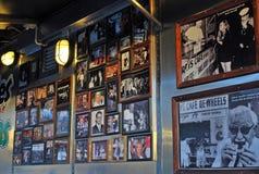 Kaders met foto's van beroemde gasten op de muur in Harry ` s Cafe DE Wheels Stock Afbeeldingen