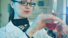 Kaders van een Vrouw die in een laboratorium werken stock video