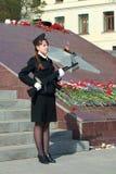 Kadet z pistoletem na zegarku przy wiecznie płomieniem Zdjęcie Royalty Free