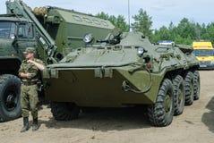 Kadett der Militäruniversität nahe Transporter Stockfotografie