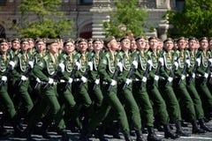 Kadetten der Militärraum-Akademie genannt nach A f Mozhaisky während der Parade, engagiert zu Victory Day auf Rotem Platz lizenzfreie stockfotografie