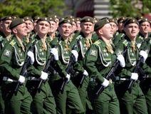 Kadetten der Militärraum-Akademie genannt nach A f Mozhaisky während der Parade, engagiert zu Victory Day auf Rotem Platz lizenzfreie stockfotos