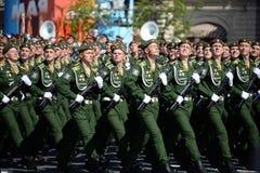 Kadetten der Militärraum-Akademie genannt nach A f Mozhaisky während der Parade, engagiert zu Victory Day auf Rotem Platz lizenzfreie stockbilder