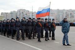 Kadetten des Moskau-Colleges der Polizei bereiten sich für die Parade am 7. November im Roten Platz vor Stockfotografie