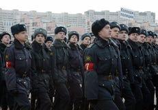 Kadetten des Moskau-Colleges der Polizei bereiten sich für die Parade am 7. November im Roten Platz vor Lizenzfreies Stockfoto