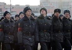 Kadetten des Moskau-Colleges der Polizei bereiten sich für die Parade am 7. November im Roten Platz vor Lizenzfreie Stockfotos
