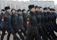 Kadetten des Moskau-Colleges der Polizei bereiten sich für die Parade am 7. November im Roten Platz vor Stockbild