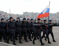 Kadetten des Moskau-Colleges der Polizei bereiten sich für die Parade am 7. November im Roten Platz vor Stockfoto