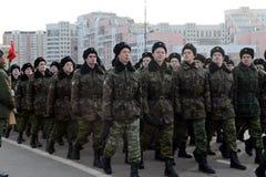 Kadetten des Moskau-Kadett-musikalischen Korps bereiten sich für die Parade am 7. November im Roten Platz vor Lizenzfreies Stockfoto