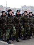Kadetten des Moskau-Kadett-musikalischen Korps bereiten sich für die Parade am 7. November im Roten Platz vor Stockbild