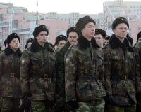 Kadetten des Moskau-Kadett-musikalischen Korps bereiten sich für die Parade am 7. November im Roten Platz vor Stockfotos
