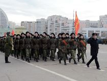 Kadetten des Moskau-Kadett-musikalischen Korps bereiten sich für die Parade am 7. November im Roten Platz vor Stockbilder