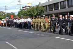 Kadetten die van Marine, Leger en Luchtmacht in ANZAC Day-parade marcheren stock foto's
