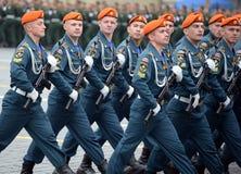 Kadetter av akademin av borgerligt skydd av EMERCOM av Ryssland under st?ta p? r?d fyrkant i heder av segerdagen royaltyfri foto