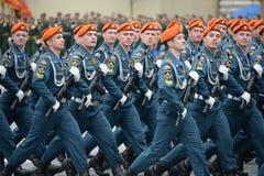 Kadetter av akademin av borgerligt skydd av EMERCOM av Ryssland under st?ta p? r?d fyrkant i heder av segerdagen fotografering för bildbyråer