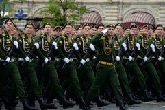 Kadetter av den Serpukhov filialen av militärhögskolan av de strategiska missilstyrkorna under genrepet av ståta royaltyfri foto