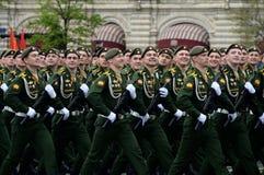 Kadetter av den Serpukhov filialen av militärhögskolan av de strategiska missilstyrkorna under genrepet av ståta Royaltyfri Bild