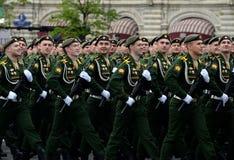 Kadetter av den Serpukhov filialen av militärhögskolan av de strategiska missilstyrkorna under genrepet av ståta Fotografering för Bildbyråer