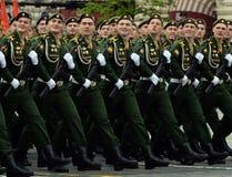 Kadetter av den Serpukhov filialen av militärhögskolan av de strategiska missilstyrkorna under genrepet av ståta arkivbilder