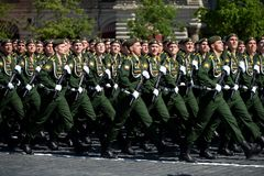 Kadetter av militärhögskolan av strategiska missilstyrkor namngav, efter Peter som de stora under militären ståtar Fotografering för Bildbyråer