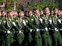 Kadetter av militärhögskolan av strategiska missilstyrkor namngav, efter Peter som de stora under militären ståtar Royaltyfria Foton