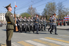 Kadetter av polishögskolanmarschen ståtar på Royaltyfri Foto